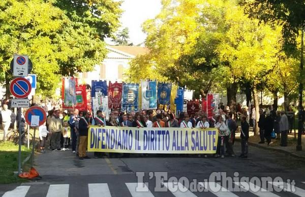 Migliaia di manifestanti a Pinerolo al corteo per difendere la sanità
