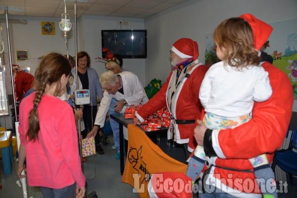 Pinerolo, i Babbo Natale, e il Vescovo, per i bambini malati