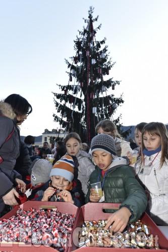 A Luserna i bimbi addobbano l'Albero di Natale