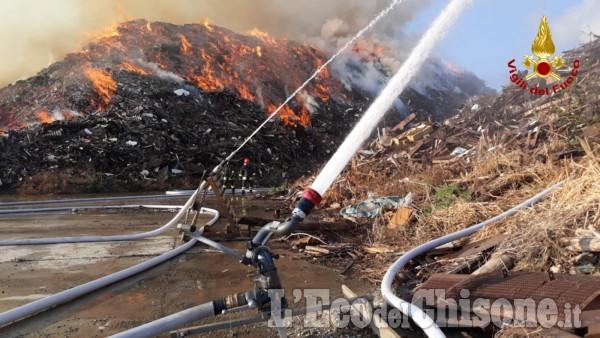 Incendio ex Annovati di Frossasco: le immagini delle operazioni di spegnimento
