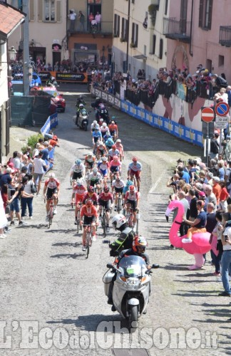 Il primo passaggio del Giro a Pinerolo: via Principi d'Acaja