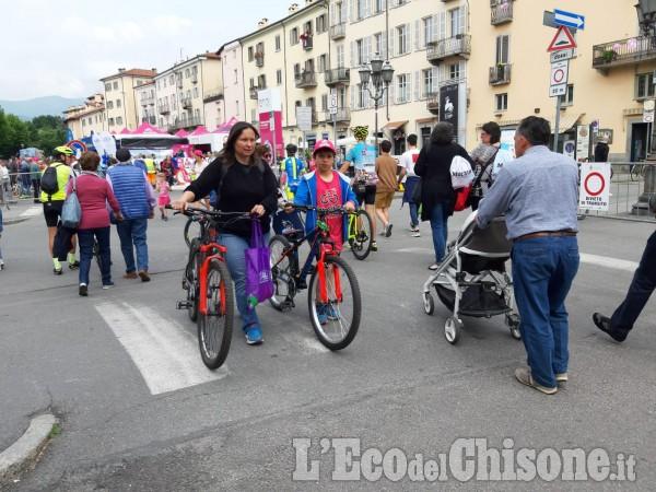 Giro d'Italia: a caccia di autografi alla partenza della Pinerolo-Ceresole Reale