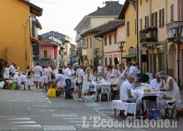 Vinovo: è piaciuta la cena in bianco con flash-mob