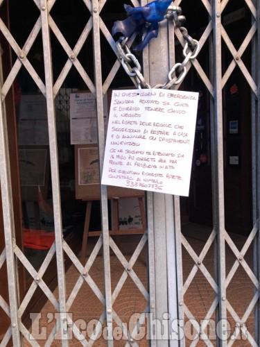 A Pinerolo i dialoghi a distanza sulle serrande abbassate