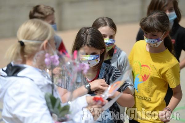 Ultimo giorno di scuola a Pomaretto con le mascherine disegnate dagli alunni