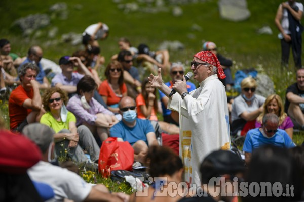 Messa nella conca del Selleries: l'abbraccio dei fedeli al vescovo Derio Olivero