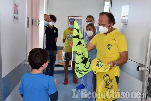 Lo staff di Valentino Rossi visita la Pediatria dell'Ospedale di Pinerolo