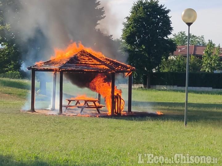 Rivalta: vandali 15enni al parco del castello, danno fuoco a un gazebo di legno