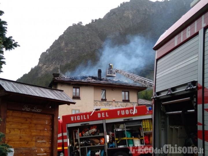 Fenestrelle: fiamme sul tetto di una casa in frazione Depot