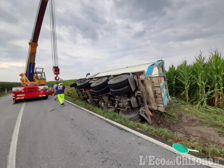 Cercenasco: camion fuori strada, illeso il conducente
