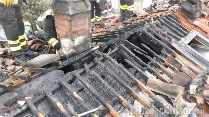 Fiamme sul tetto di un'abitazione a Baudenasca, l'intervento dei Vigili del fuoco