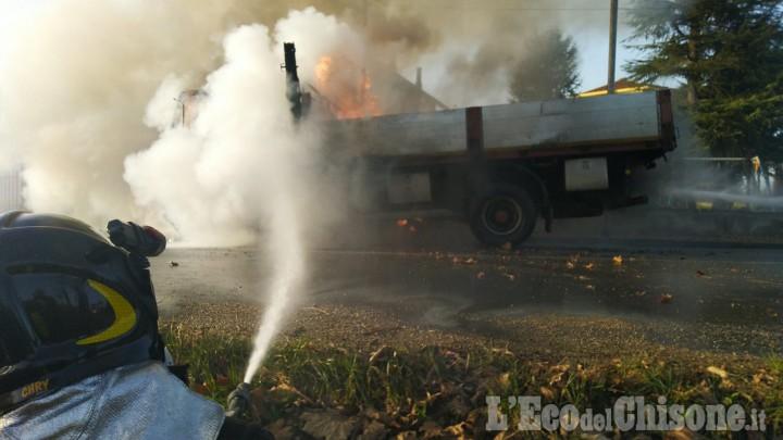 Airasca: autocarro in fiamme in via Roma, l'intervento dei Vigili del fuoco