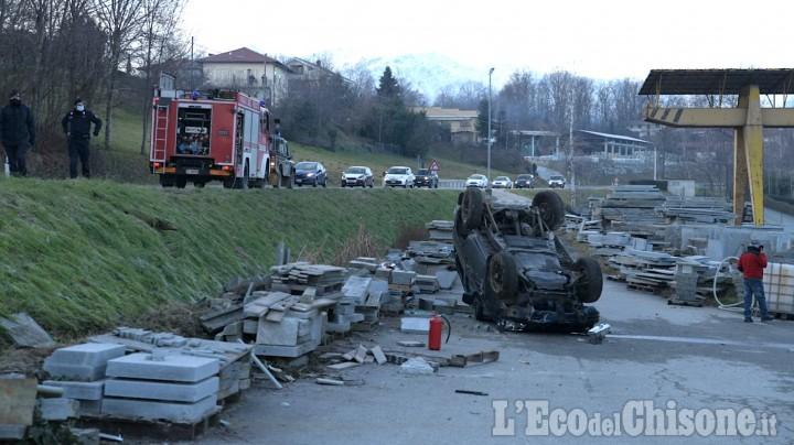 Bagnolo: perde il controllo dell'auto, abbatte un lampione e cappotta tra le pietre di Luserna