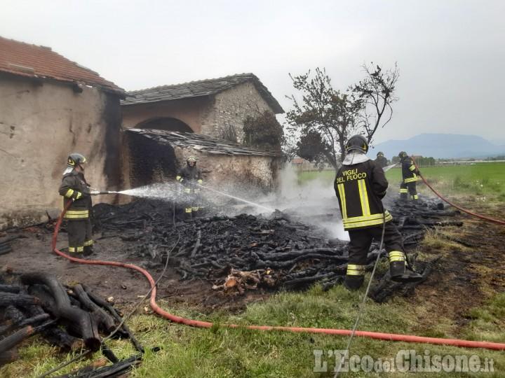 Campiglione Fenile: fiamme in una legnaia, i Vigili del fuoco domano il rogo