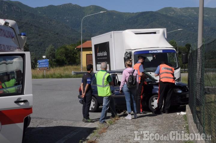 Revello, scontro tra auto e camion