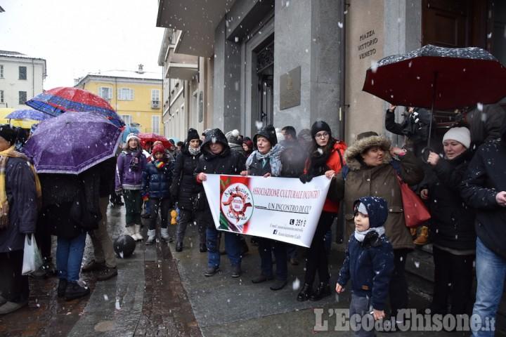 """Pinerolo: catena umana attorno al municipio per """"restare umani"""""""