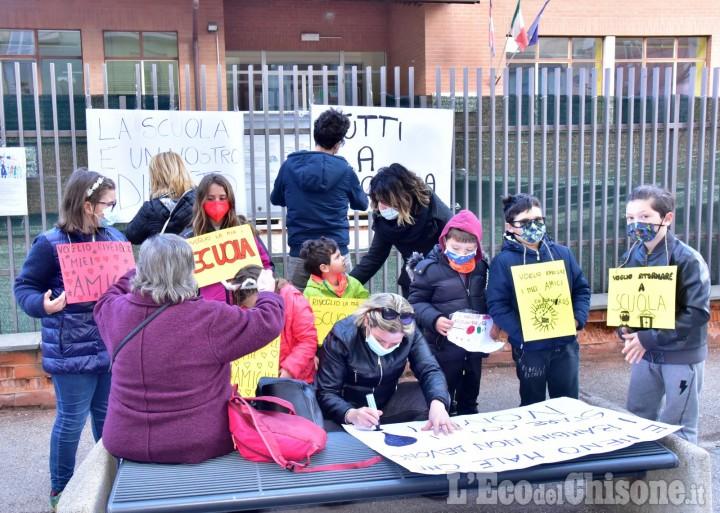 Pinerolo, manifestazione di genitori e bambini per la riapertura della scuola