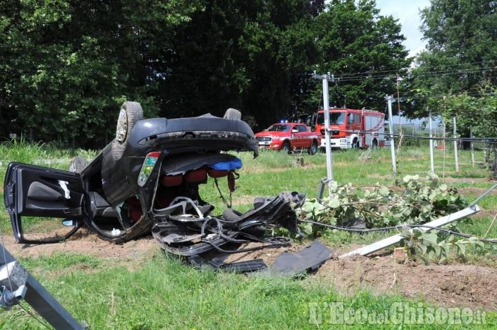 Revello: auto fuori strada in via Staffarda, due i feriti