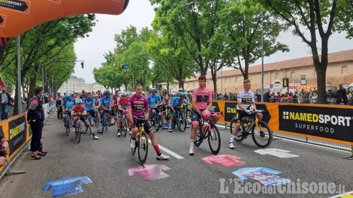 Giro d'Italia festa di partenza a Stupinigi e subito fuga con Marengo