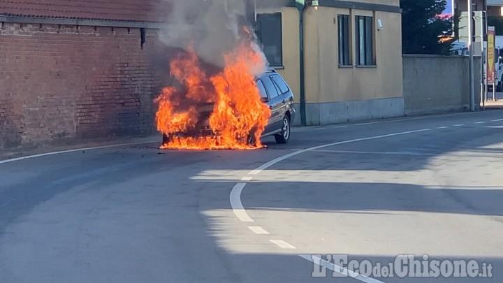 Vinovo: un'auto prende fuoco in via Circonvallazione
