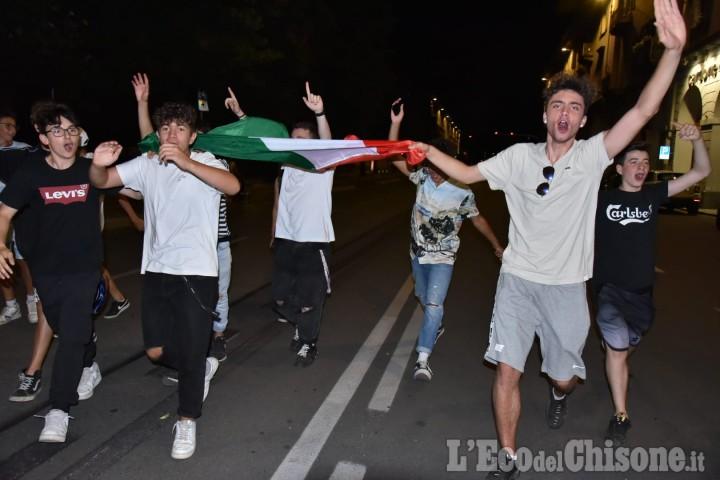 Pinerolo: tripudio di bandiere e clacson per la vittoria contro il Belgio.