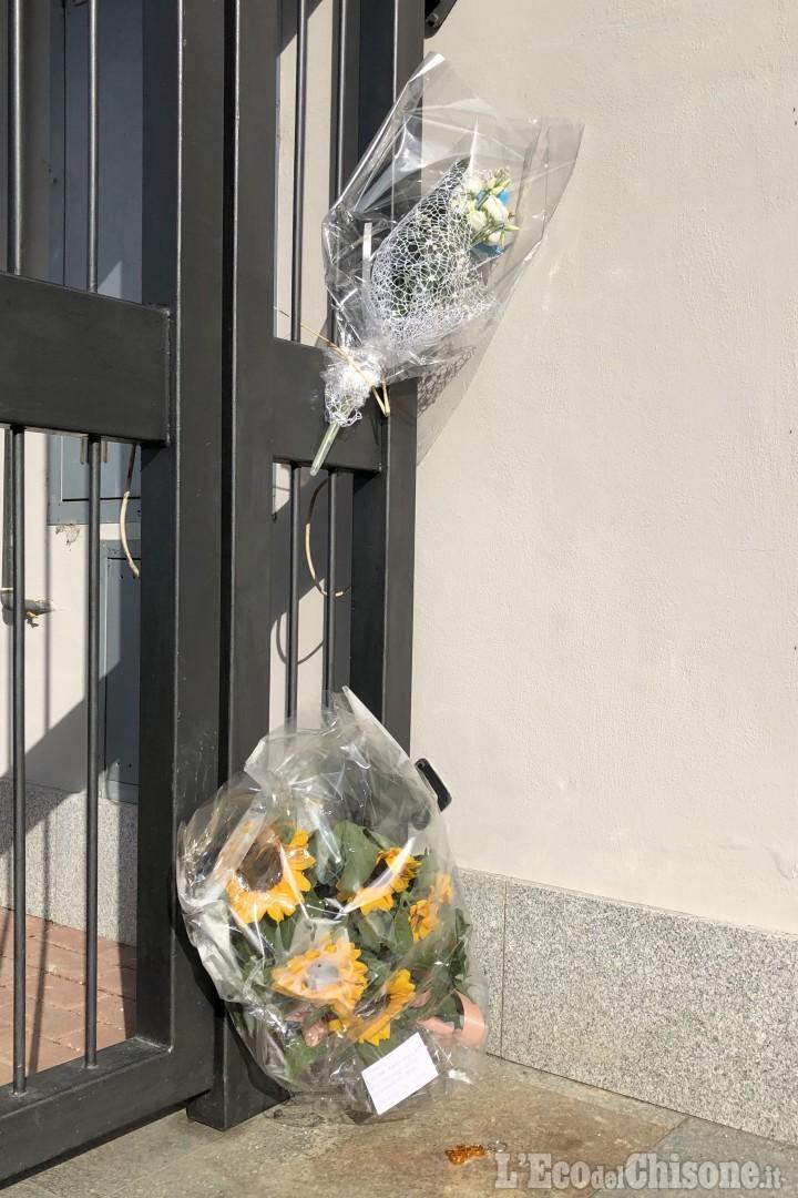 Omicidio di Piossasco: mazzi di fiori e un ciondolo con una bici davanti alla casa dell'architetto ucciso
