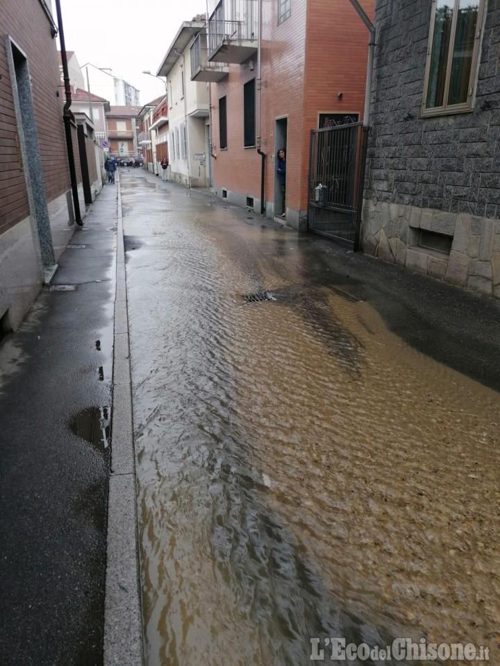 Nichelino: in via Alba un fiume d'acqua per un guasto a un tubo Smat