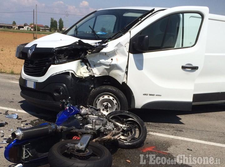 Furgone contro moto al confine tra Orbassano e None, biker in ospedale in gravi condizioni