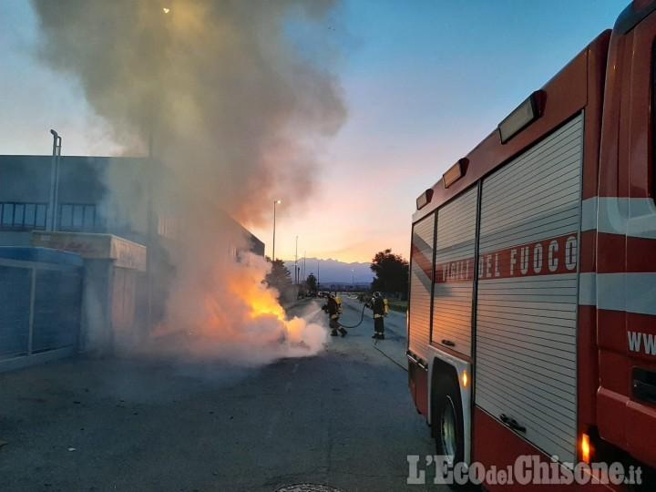 Volvera: auto divorata dalle fiamme, l'intervento dei Vigili del fuoco di Rivalta