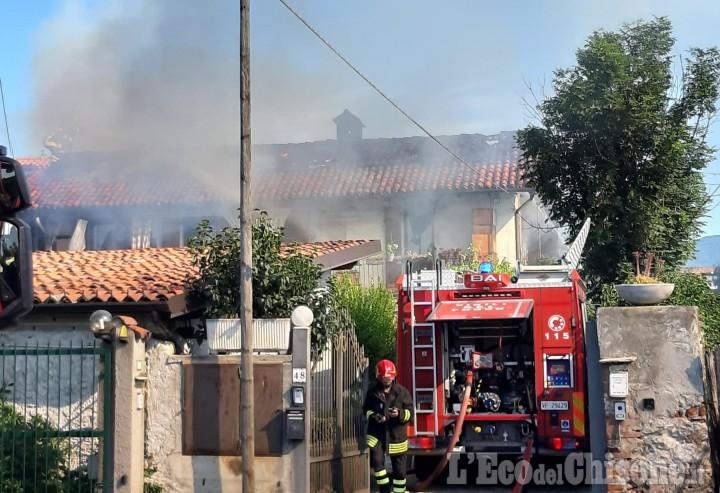 Pinerolo: fiamme nel sottotetto di una casa di via Asiago, Vigili del fuoco in azione