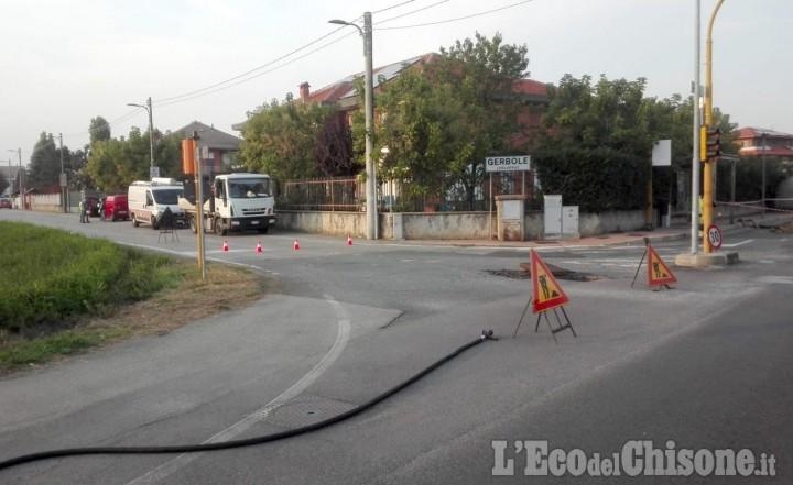 Ditta danneggia la conduttura del gas durante dei lavori, strada interrotta tra Volvera e Gerbole