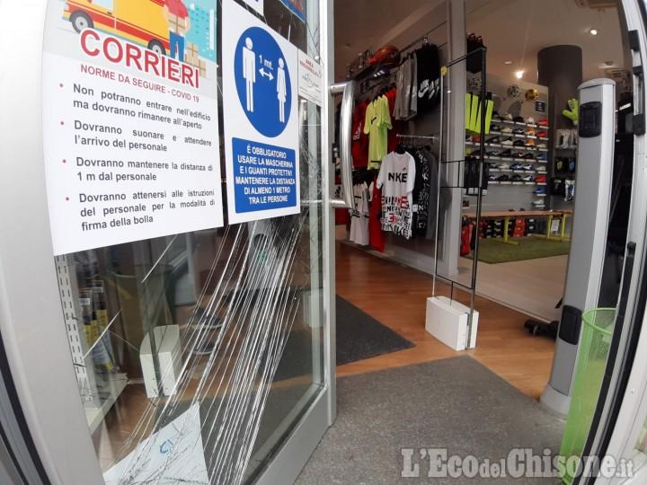 Pinerolo: ladri in azione nella notte, furto nel negozio di abbigliamento sportivo