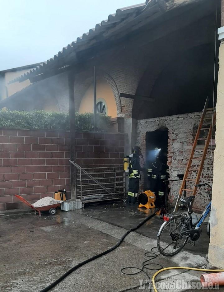 Pinerolo: fiamme nel locale caldaia, Vigili del fuoco in azione