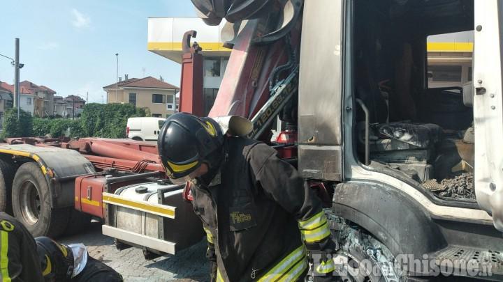 Pinerolo: camion in fiamme nell'area di servizio di via Carmagnola