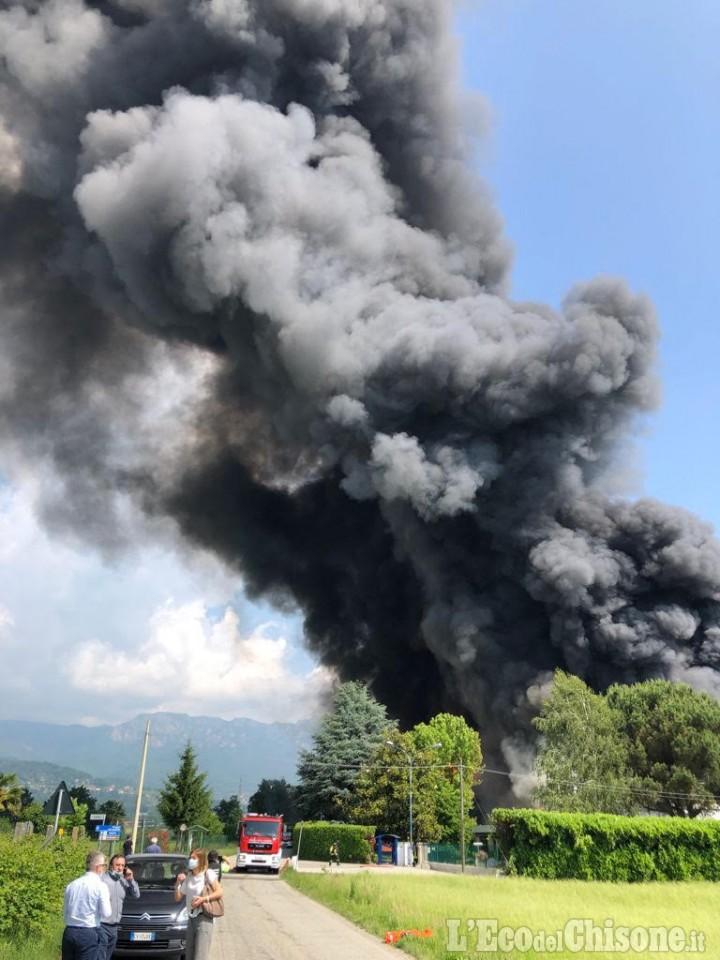 In fiamme fabbrica di vernici: paura a Roletto