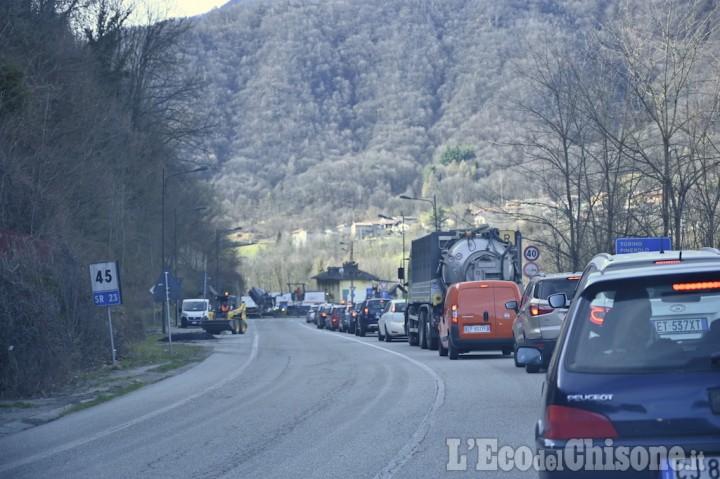 Code in Val Chisone alla rotatoria sulla Sr 23 tra Villar Perosa e San Germano Chisone