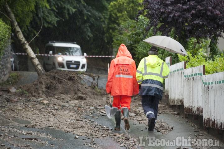 Temporali a Villar Perosa: albero sradicato frana a pochi metri dalle villette
