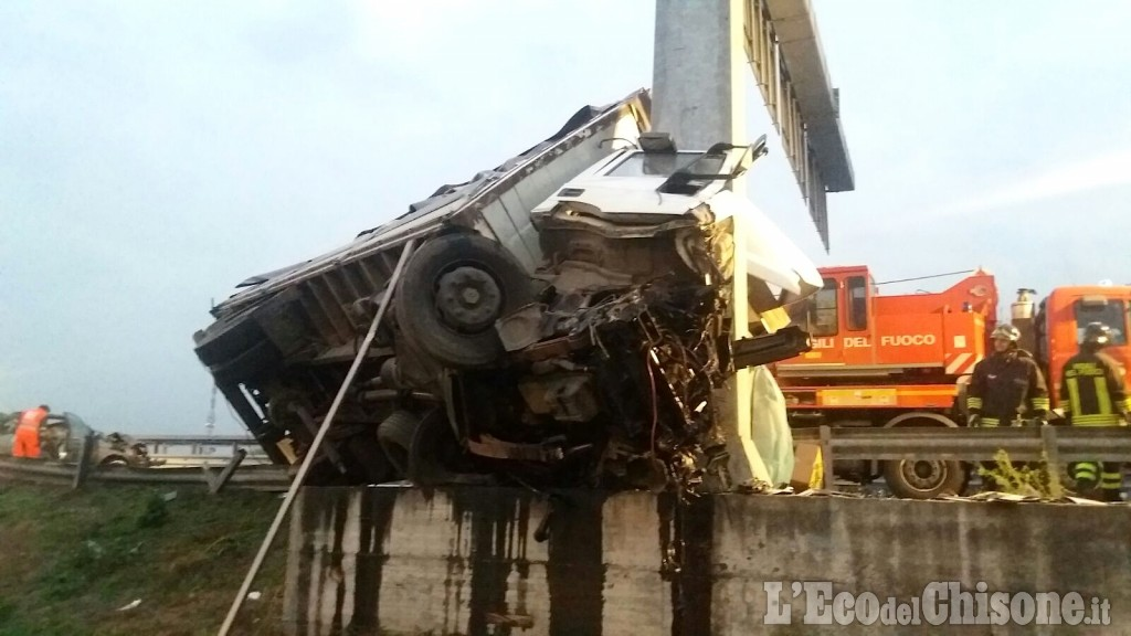 Camion sbatte contro un palo, l'autista muore schiacciato