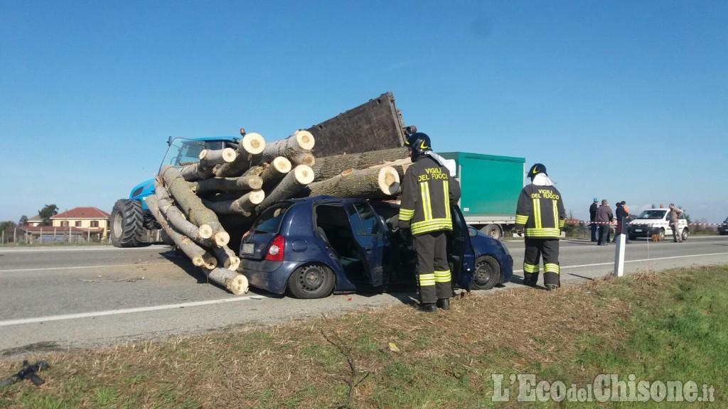 Trattore perde tronchi che finiscono sull'auto: morta la conducente, illeso un bambino