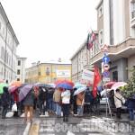 Foto Gallery: L'Italia che resiste: la catena umana al municipio di Pinerolo