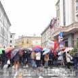 L'Italia che resiste: la catena umana al municipio di Pinerolo