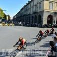 Giro d'Italia, verso Sestriere il transito a Pinerolo dei ventuno in fuga e del gruppo