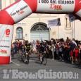 L'abbraccio di Vigone per Davide Nicola al termine del lungo viaggio in bici da Crotone
