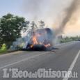 Fieno in fiamme, l'agricoltore sgancia il rimorchio tra Frossasco e Cumiana