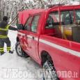 Auto in bilico sul pendio innevato della strada per Rorà, Vigili del fuoco in azione