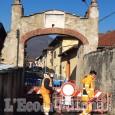 Frossasco: lavori all'ingresso del paese per riparare Porta Pinerolo