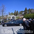 Funerali di Marella Agnelli: la figlia Margherita in chiesa tra i primi, i nipoti John e Lapo al seguito del feretro