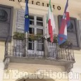 Cavour: chi ha staccato lo stemma dal Municipio?