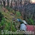 Paesana: auto fuori strada finisce su una legnaia, ferito conducente
