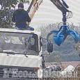 """Orbassano: con il """"ragno"""" del suo autocarro abbandona i rifiuti in una zona agricola, denunciato"""